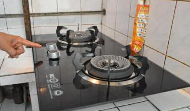 天然气灶能打着火,但是一松手就熄火怎么回事?
